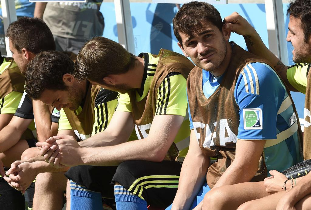 Spain's goalkeeper Iker Casillas (2nd R) is pictured on the bench during a Group B match between Australia and Spain at the Baixada Arena in Curitiba during the 2014 FIFA World Cup on June 23, 2014.   AFP PHOTO / LLUIS GENE