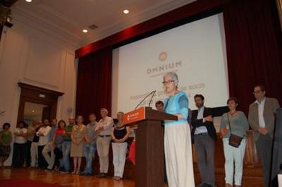 La ultraseparatista Muriel Casal Couturier en su discurso de clausura de la asamblea general de Òmnium Cultural, ayer en Barcelona - Foto Òmnium Cultural