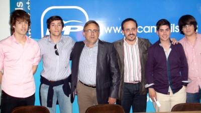 Andrea Montemezzani Moreno en camisa lila (en la derecha) con los jóvenes de del PP de Cambrils. [Foto Flickr - PP Cambrils - Tarragona]