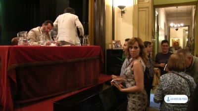 Ángela esperando un autógrafo de Jesús Laínz, al final de la presentación del libro - Foto Joseph Azanméné N.