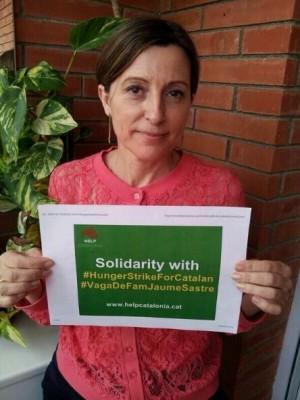 "Carme Forcadell Lluís, foto con el Lema: ""#HungerStrikeForCatalan"", en apoyo a Jaume Sastre I Font"