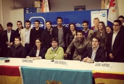 16/03/2013 - Andrea Montemezzani en el centro (camisa verde) tras su reelección en la presidencia de NNGG Cambrils - Foto cuenta Twitter de Andrea Montemezzani