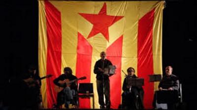 """Biel Majoral, cantando """"Yo soy Catalán"""" en la III Marcha de Linternas separatistas el 29/12/13 - fto Soler"""