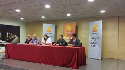 El presidente de somatemps,  Jordi Cabanes,  en el centro;  el vicepresident de Somatemps,  Josep Alsina,  en la derecha de la mesa e el historiador, Oscar Uceda en la izquierda de la mesa. Foto joseph