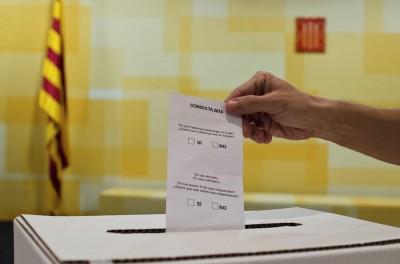 """Modelo papeleta de la consulta separatista catalana golpista; con las preguntas del referéndum: """"Quiere que Cataluña se convierta en un Estado?"""" y, si es así, """"¿Quiere que este estado sea independiente?""""."""