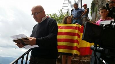 """Miembro de Somatemps leyendo el manifiesto """"les bases de Montgrony"""",  delante el Santuario de Montgrony de Ripoll en Gerona [foto Joseph -Las Voces Del Pueblo]"""