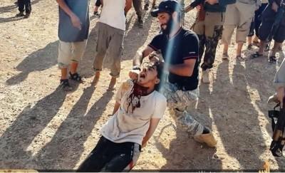 Islamistas cortando la cabeza de un joven cristiano iraquí porque é  no ha querido convertirse al islam