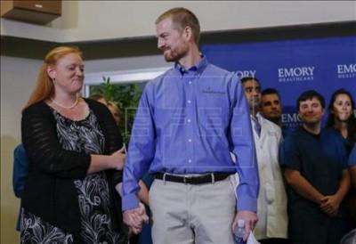 El médico Kent Brantly (c) y su mujer Amber (i) antes de la rueda de prensa ofrecida en el Hospital Universitario de Emory de Atlanta (Georgia), Estados Unidos. EFE