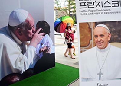 El Papa Francisco mostrando su cariño a la humanidad. foto de la vista apostólica del Santo Padre, Correa - Foto  Vaticano