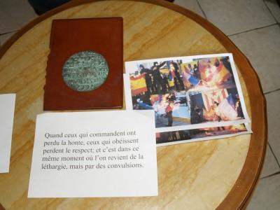Parte de la documentación encontrada debajo del Monumento separatista en Salsas, Francia y la fotos de celebración de los separatistas quemando banderas francesas y españolas