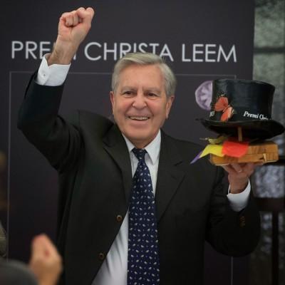 """el fiscal Villarejo muy eufórico con su premio """"uno de los nuestro 2013"""", lo celebra con el puño arriba."""
