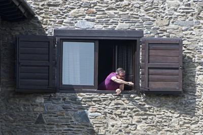 Hijo primogénito de Pujol y Ferrusola abriendo la ventano de su palacio en la Alta Cerdaña donde se ha refugiado su padre, supuestamente pagado por el dinero robado del bolsillo de los catalanes y del resto de españoles;  Foto Roser Vilallonga