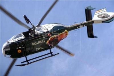 Simulacro en el que un helicóptero de la G. Civil prepara el traslado de un herido - EFE